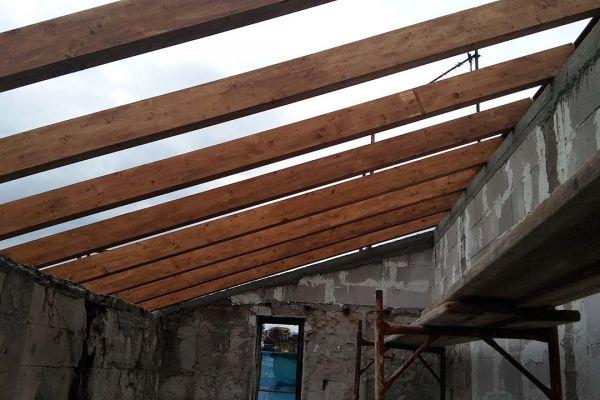 Εμφανής στέγη με σύνθετη ξυλεία στο Μάτι Αττικής